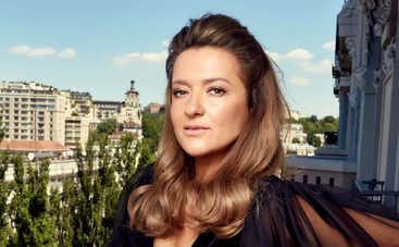 В позе лотоса: Наталья Могилевская позировала в купальнике на берегу моря