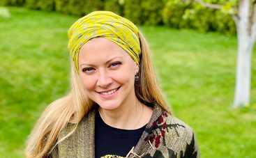 Татьяна Литвинова похвасталась шикарной фигурой, позируя на берегу моря в купальнике