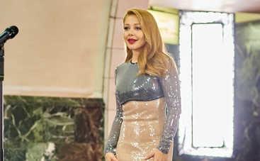 Тина Кароль в платье от британского дизайнера спустилась в киевское метро