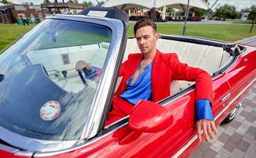 Макс Барских рассекал на ретро-кабриолете в столичном развлекательном парке
