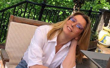 47-летняя Юлия Высоцкая показала горячее фото в ярком купальнике