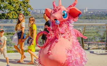 Шоу Маскарад: фантастическая Дракоша появилась на улицах Киева