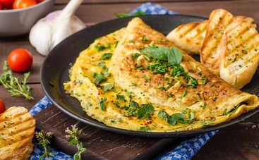 Пышный омлет на сковороде на завтрак рецепт