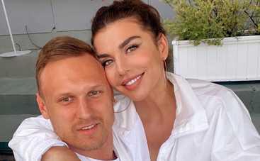 Анна Седокова предстала на свадебной фотосессии в нижнем белье и чулках