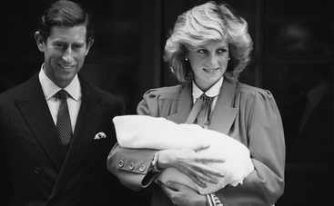 """Звезды сериала """"Корона"""" повторили кадр из объявления помолвки принца Чарльза и принцессы Дианы"""