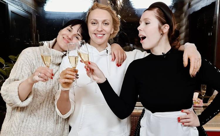 Оля Полякова, Маша Ефросинина и Соня Плакидюк заквасили 100 кг капусты ‒ видео