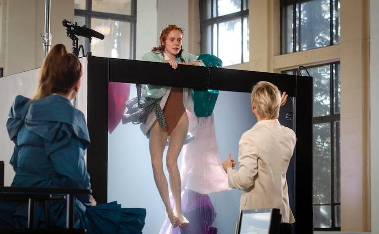 Супер Топ-модель по-украински: участницы прыгнули в одежде в стеклянный куб с водой
