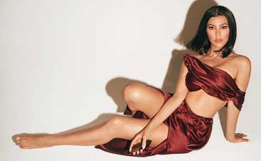 Кортни Кардашьян взорвала Сеть снимком в эффектном платье с глубоким декольте