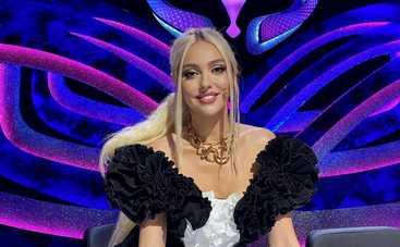 МАСКА: Оля Полякова предстала в экстравагантном черно-белом мини-платье