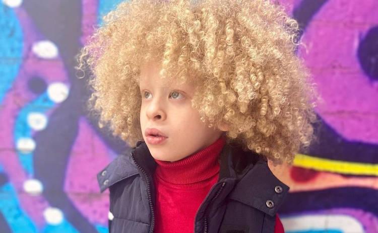 7-летний белокожий афробританец с пышными кудрями стал звездой соцсетей