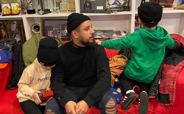 MONATIK с женой похвастались успехами сыновей: Запоминаем каждый миг ‒ видео
