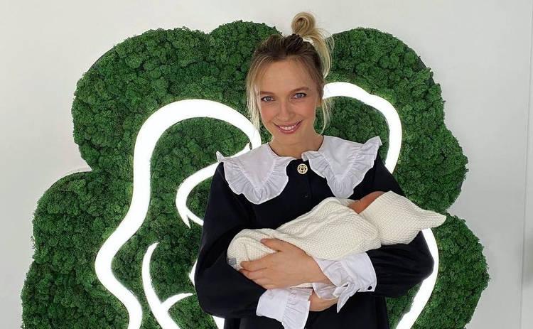 Василиса Фролова позабавила снимком с беременным животиком и с сыном на руках: до и после родов