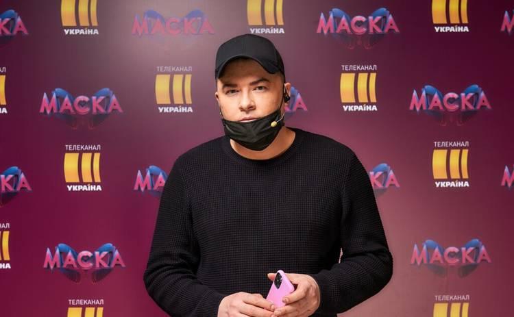 МАСКА: игривый Андрей Данилко поприставал к участнице: Она молоденькая, она хочет