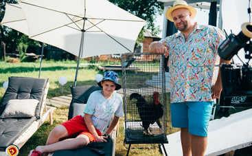 Крутоголов в шляпе и обнаженная Булитко – как изменились костюмы в сериале «Папаньки»