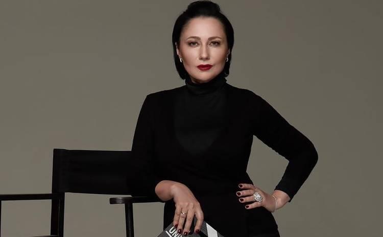 Алена Мозговая хочет привлечь Alyona Alyona к уголовной ответственности за обнаженное фото с флагом Украины