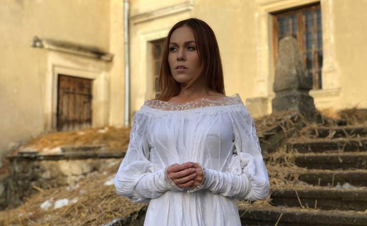 Alyosha презентовала клип на лирическую песню Lebedi