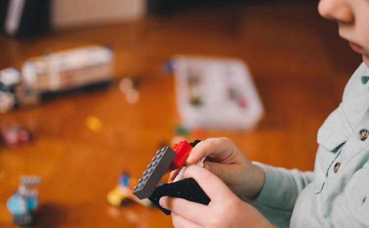 Стоит ли стучать в дверь, заходя в комнату к ребенку: совет Дмитрия Карпачева