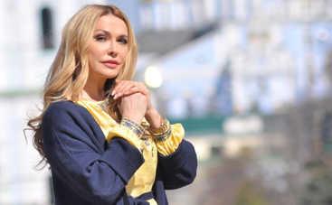 Ольга Сумская впечатлила естественной красотой без макияжа ‒ фото в маковом поле