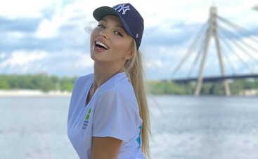 Оля Полякова на поле для гольфа шокировала эротичными позами в купальнике