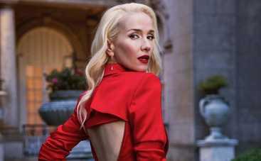Наталия Орейро восхитила новым образом и засветила глубокое декольте в пиджаке на голое тело