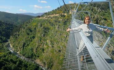 Орел и Решка. Чудеса света: ведущая тревел-шоу прогулялась по самому длинному подвесному пешеходному мосту в мире