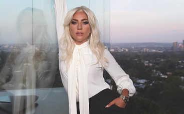 Леди Гага взбудоражила сеть видео, на котором она позирует топлес и без макияжа