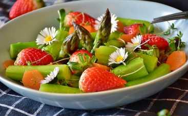 Cалат с клубникой, овощами и зеленью от Адского Шефа Алекса Якутова – простой рецепт