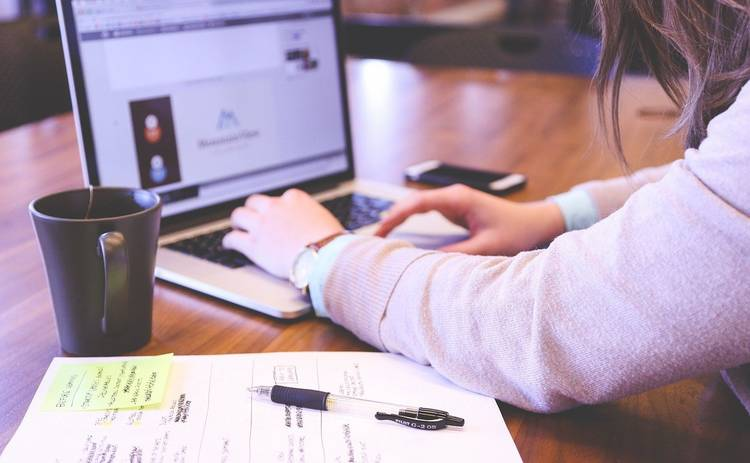 Ученые назвали самую вредную позу для работы за ноутбуком