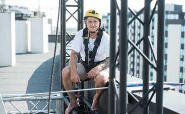 Александр Педан прошел по веревке с крыши одного 12-этажного дома на другой