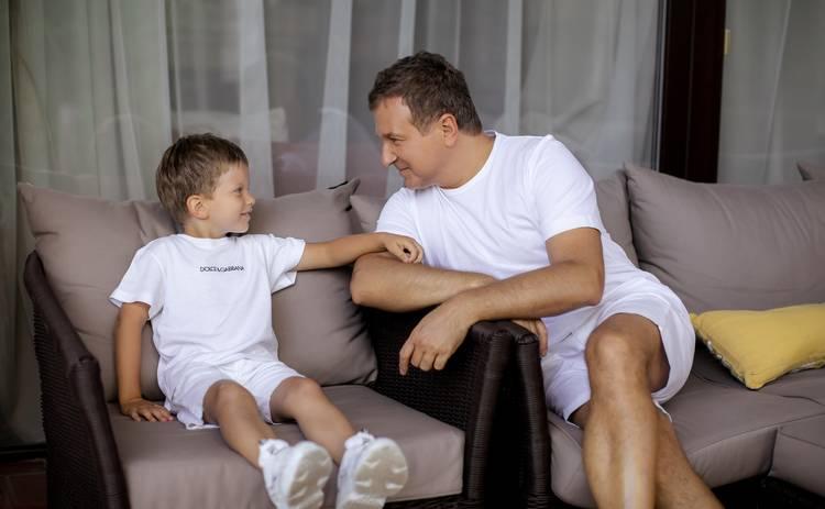 Юрий Горбунов с сыном Иваном – на обложке Теленедели: большая фотосессия во дворе дома Юры и Кати