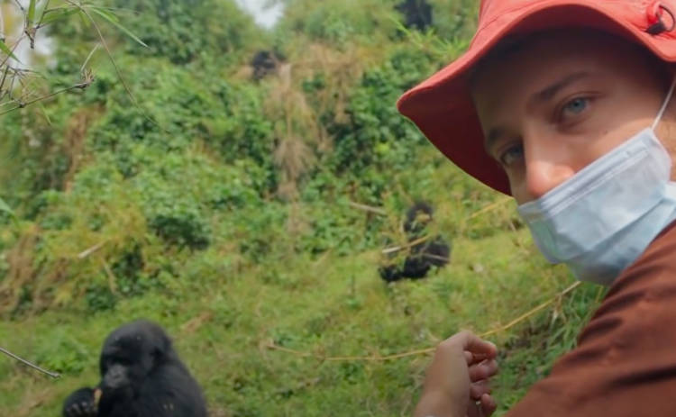 Орел и Решка. Чудеса света: ведущий пообщался с самой большой и сильной обезьяной на планете