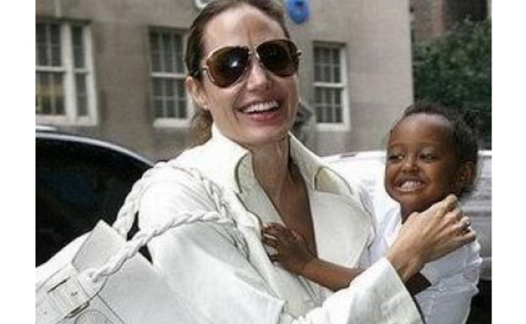 Джоли и Питт усыновят еще одного ребенка