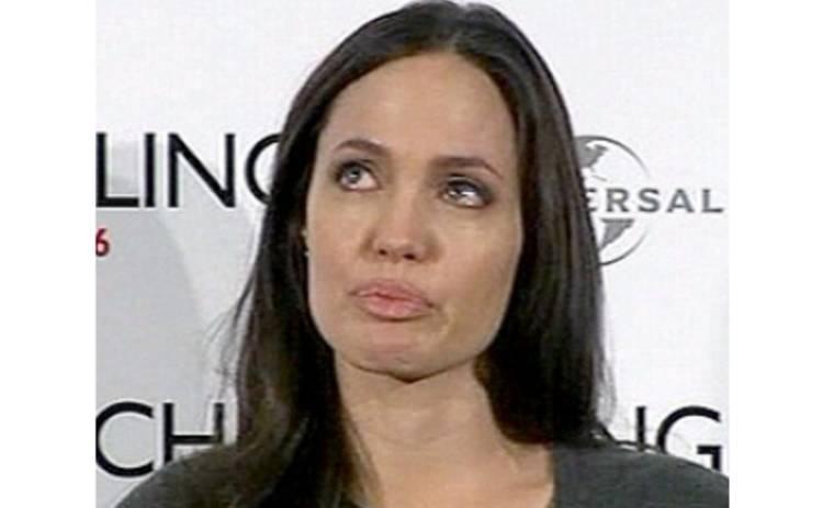 Анджелина Джоли не скрывает слез