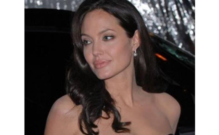 Джоли было очень трудно кормить двойню