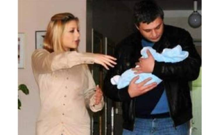 Тина Кароль с мужем и сыном уехали из роддома