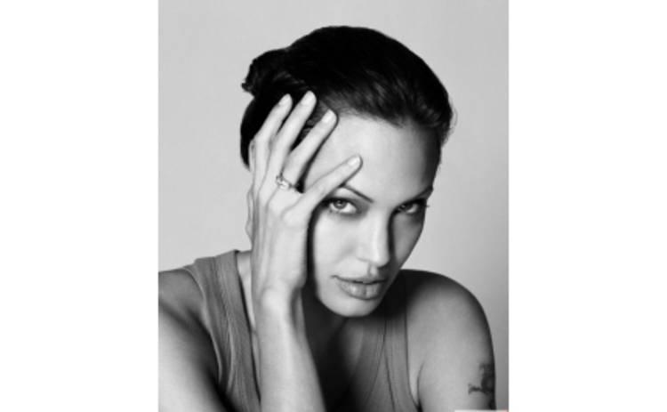Джоли скрывает свою беременность