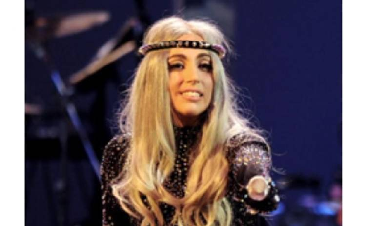 Lady Gaga упала с рояля