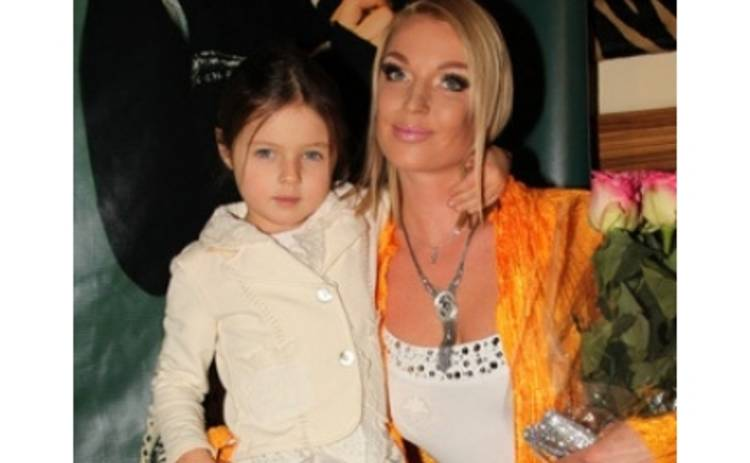 Дочь Волочковой водит маму по дискотекам