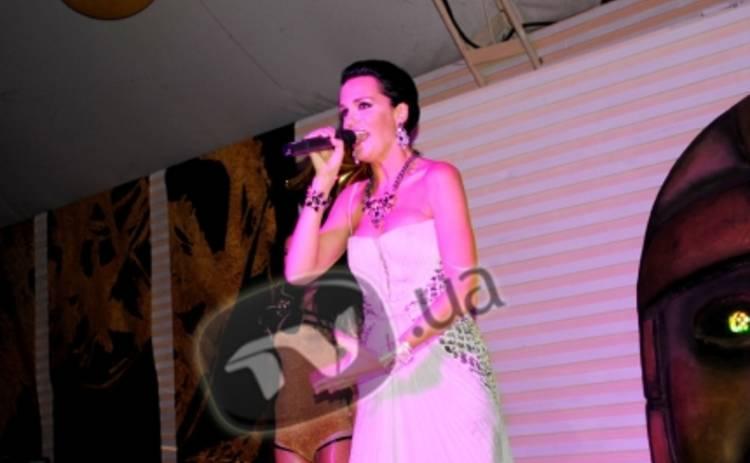 Певица Слава начинает крыть матом