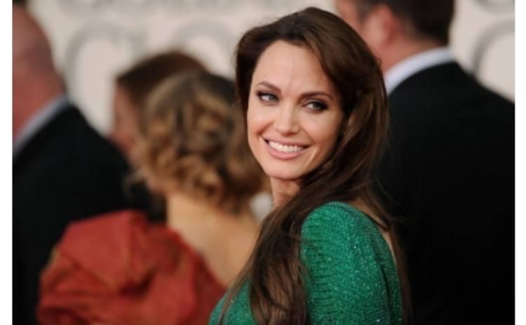 Анджелина Джоли стесняется своей фигуры