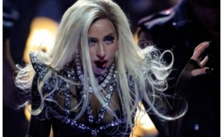 У Lady Gaga микрофон в виде фаллоса