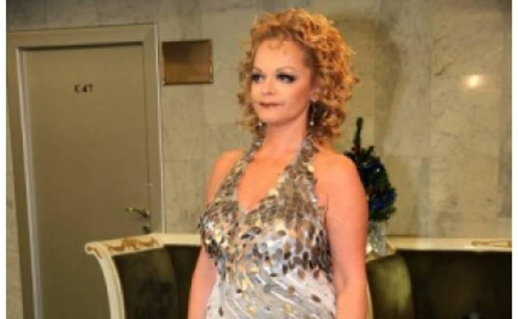 Лариса Долина вышла в свет в платье с открытой спиной