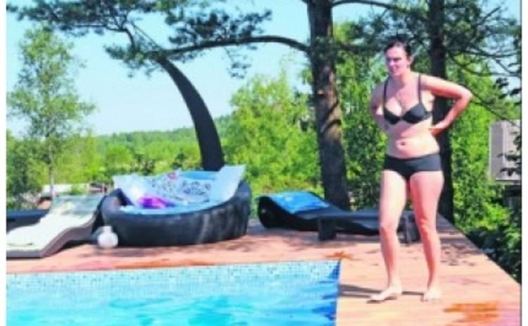 Елена Ваенга показала свои фото в купальнике