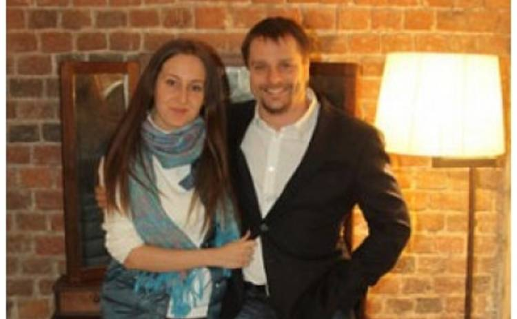 Александр Носик показал прессе свою девушку