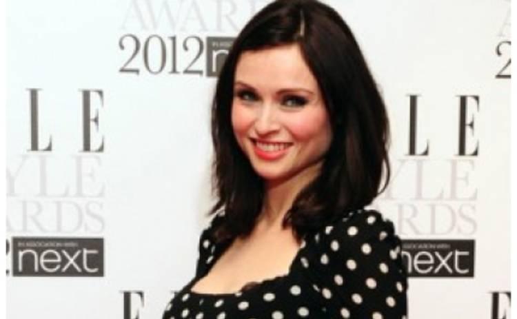 Беременная Софи Эллис-Бекстор показала животик