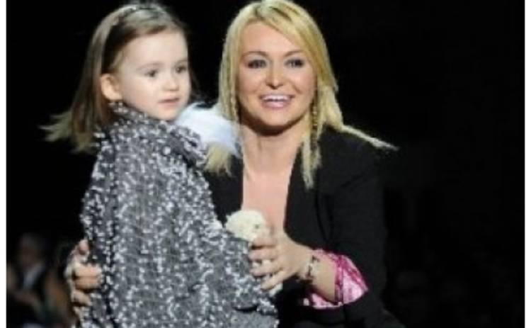 Катя Лель вышла на подиум с 3-летней дочерью