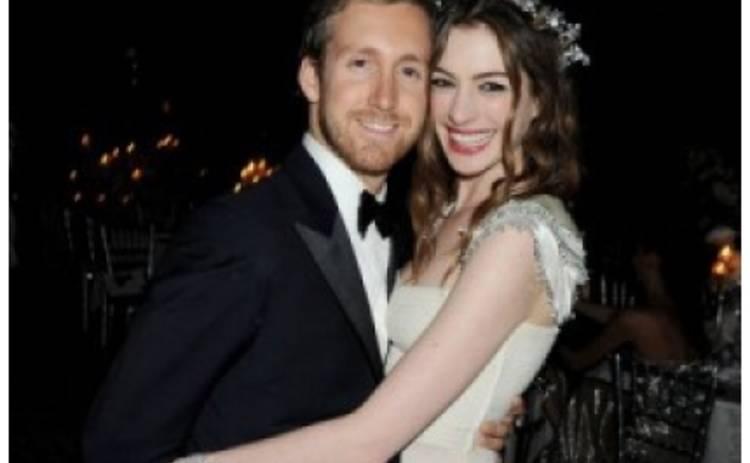 Энн Хэтэуэй отложила свадьбу из-за короткой стрижки