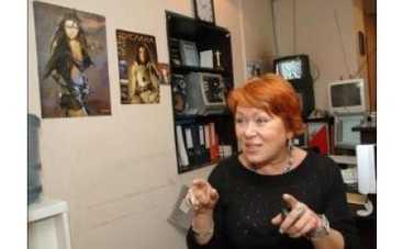 """60-летняя мать певицы Русланы """"подсела"""" на ботокс и закрутила роман с 28-летним парнем"""