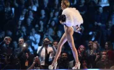 """Майли Сайрус забила """"косяк"""" прямо на церемонии вручения премий MTV EMA"""
