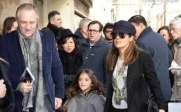 Сальма Хайек с мужем и дочерью гуляют по Парижу